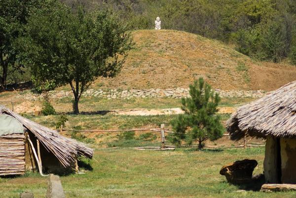 Степной курган - копия характерного для степной зоны земляного погребального сооружения.
