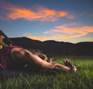 adult_dawn_exercise_field_girl_grass_lawn_leisure-1268681.jpg!