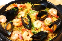 barcelona-traditional-paella-meat-seafood-1024x722